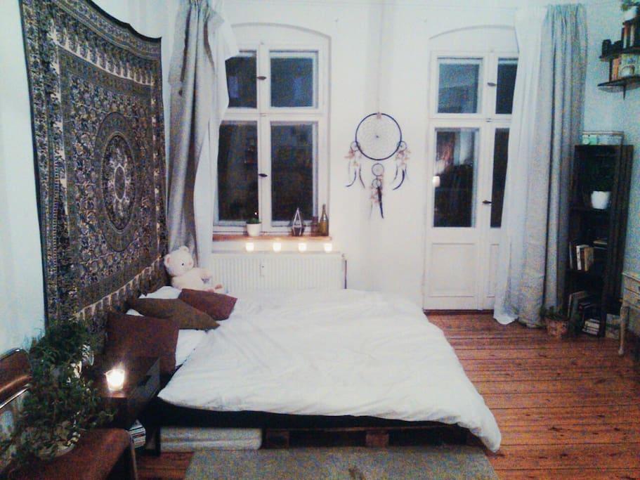 Bett mit Sicht auf Balkon