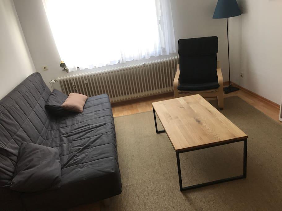Wohnzimmer mit Klappcouch für Person 5 + 6