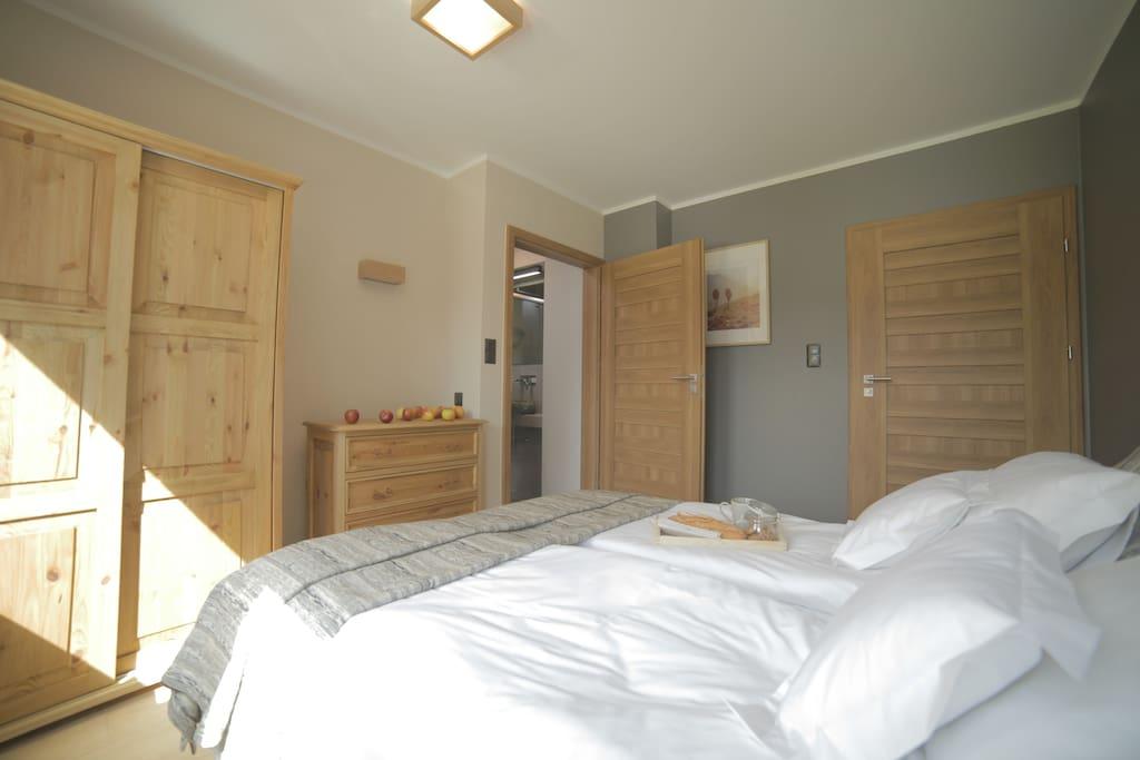 CZARNY SZLAK: Sypialnia dwuosobowa z łazienką