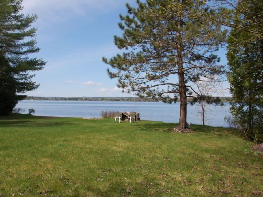 Grand terrain directement devant le lac avec une belle plage privé.