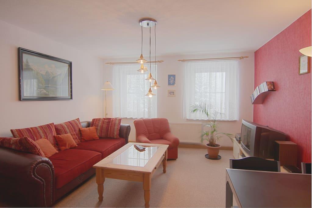 Im Wohnzimmer steht das Mega-Sofa und ein einzelner Sessel.
