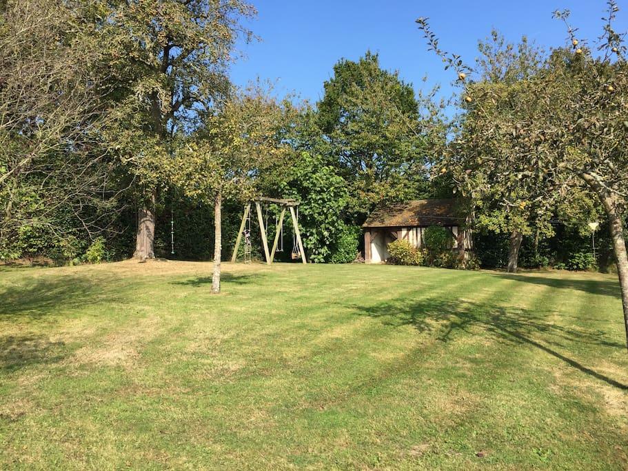 Espace enfants avec balançoire et Tyrolienne / Kids area with swings and zip-line
