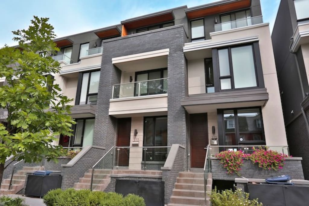 Brand new, large, bright and modern Executive Home . high end security: live and monitored cameras in the common areas for your safety, and that of the home.