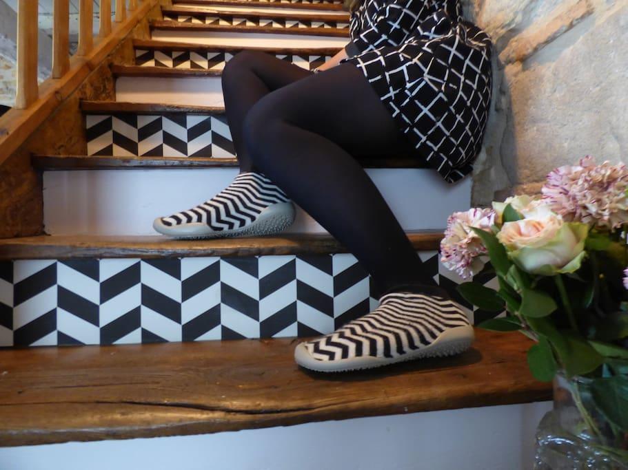 Escalier rejoignant les chambres. Lola notre fille pose tout en coordonnée avec notre dernière réfection d'escalier avec peinture Farrow and Ball, papier peint Ferm Living... et bien sûr portant les chaussons #collégien