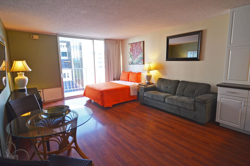 Spacious Studio in the heart of Waikiki action