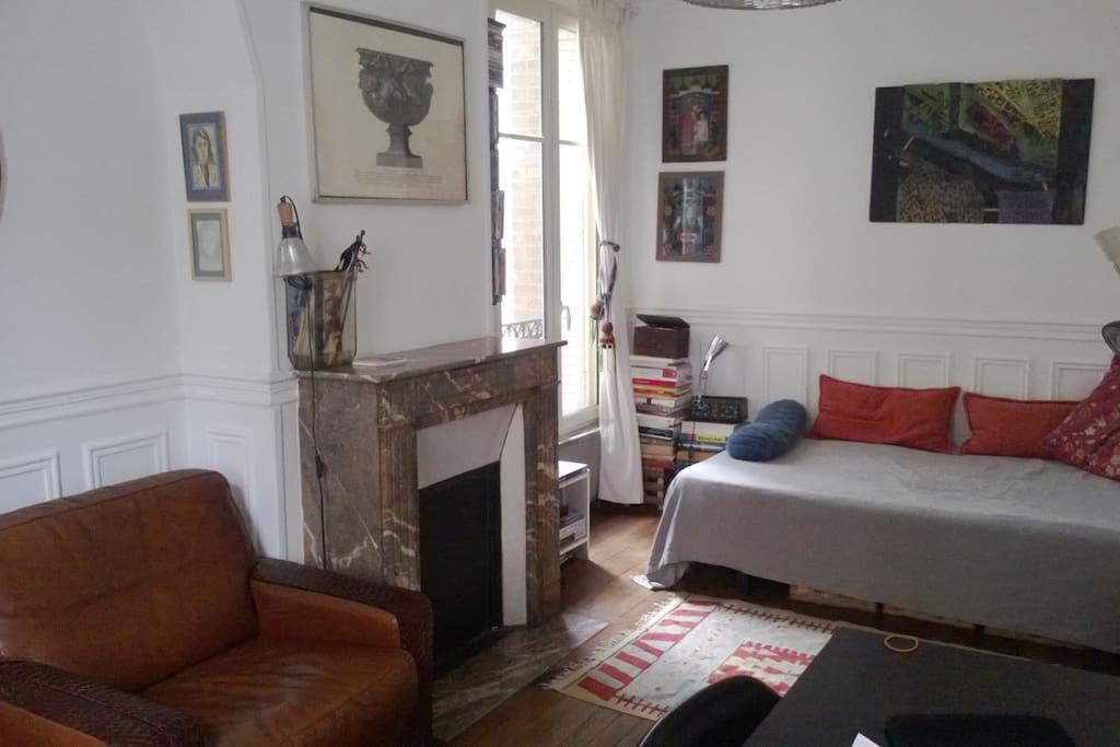 Pièce principale : lit (120 x 190) , table, fauteuil, livres, connexion wifi