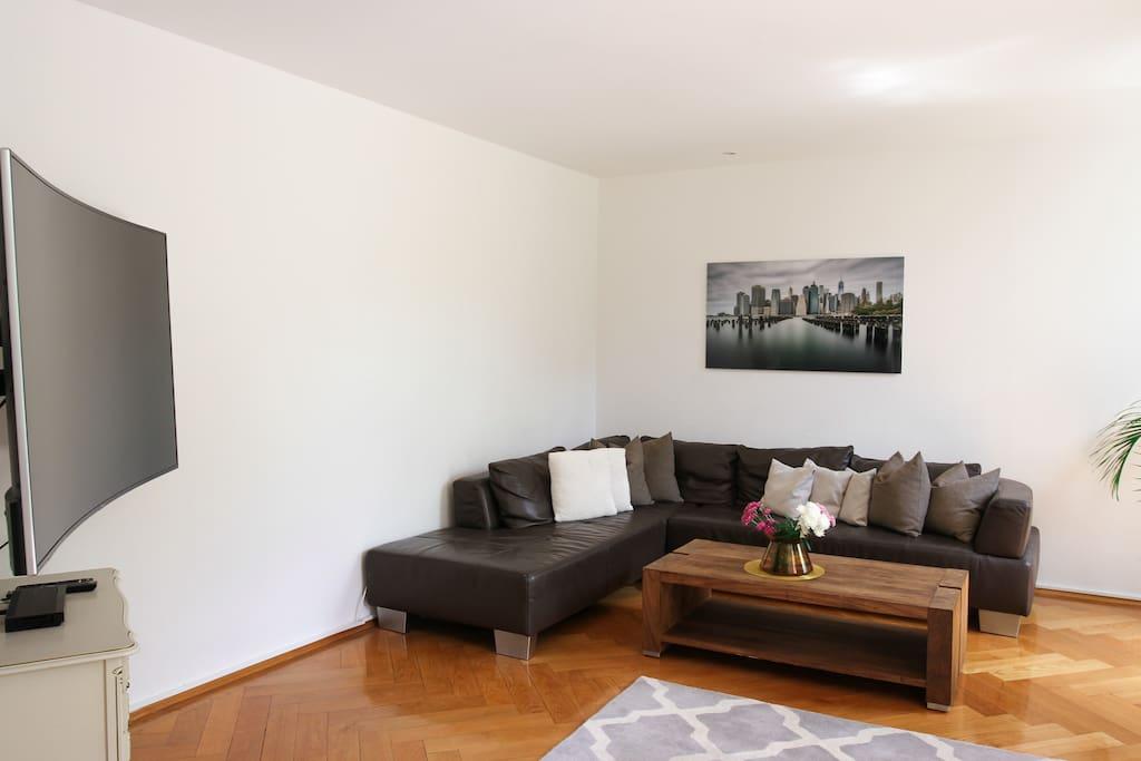Wohnbereich mit 65Zoll Curved-TV