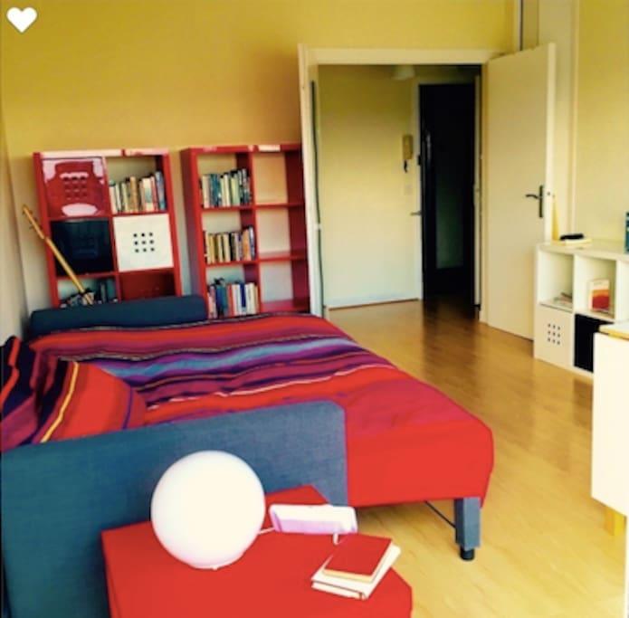 Une pièce spacieuse