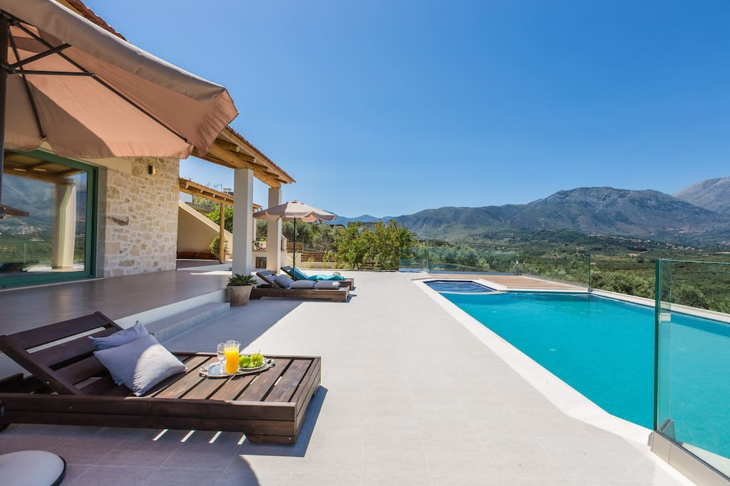 The villa offers all kind of outdoor facilities for relaxation by the pool