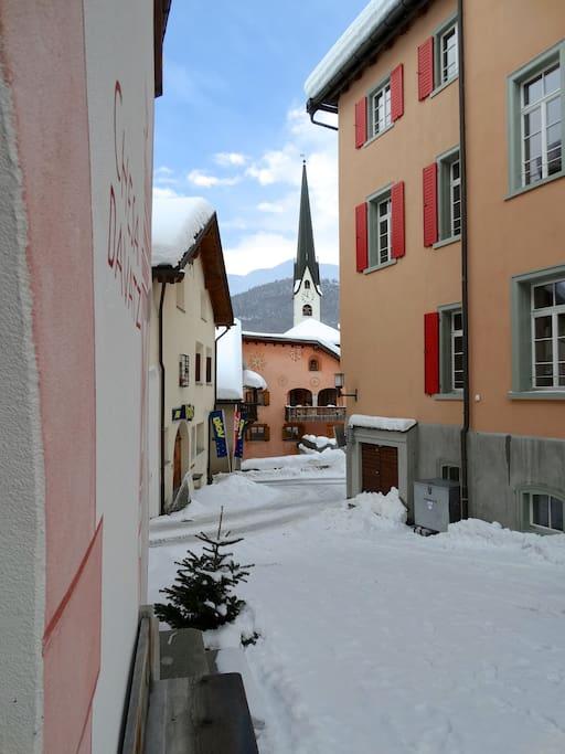 Ruhige Lage auf dem Dorfplatz von Zuoz.