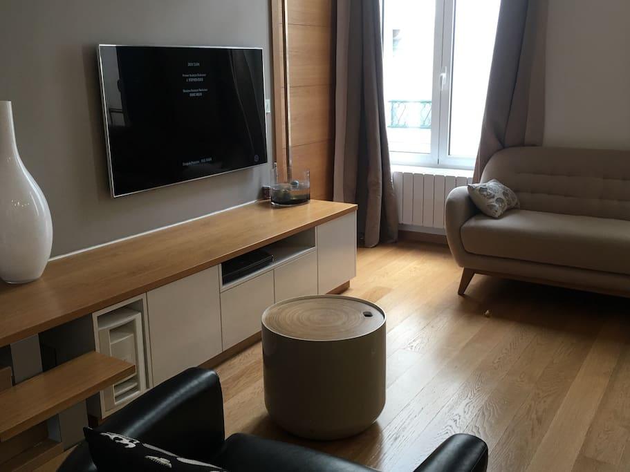 Séjour 35 m2, 2 canapés, cuisine équipée ouverte sur salon , table à manger extensible, TV, Wifi.