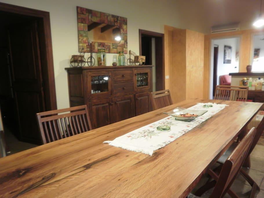 Amplia mesa de comedor