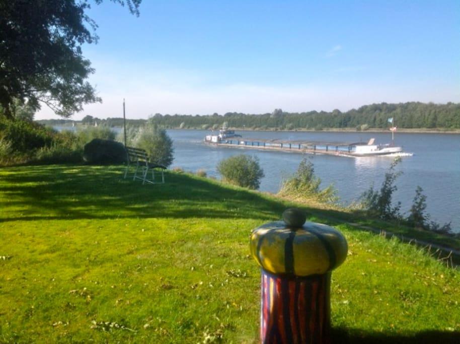 Blick am Haus auf den Nord-Ostsee-Kanal