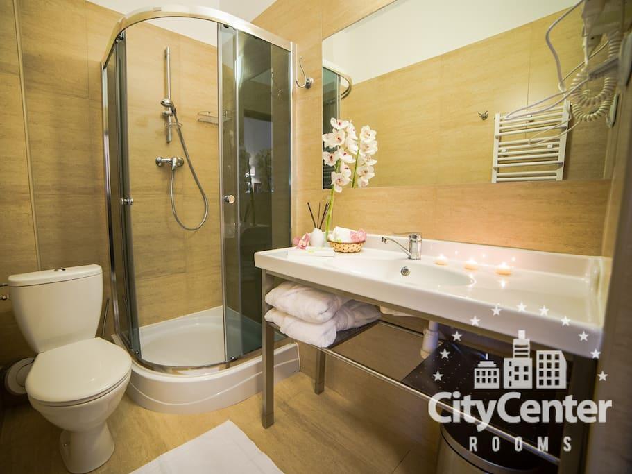 Łazienka z prysznicem w pokoju!