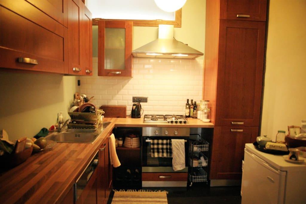 Cuisine entièrement équipée (rangements, four, lave-vaisselle...) et cuisine au gaz !