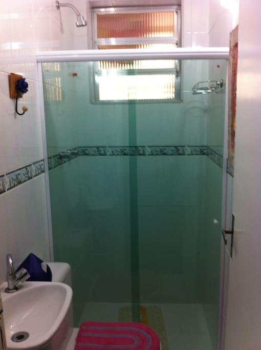 Banheiro todo reformado, com box blindex, pia e vaso sanitário