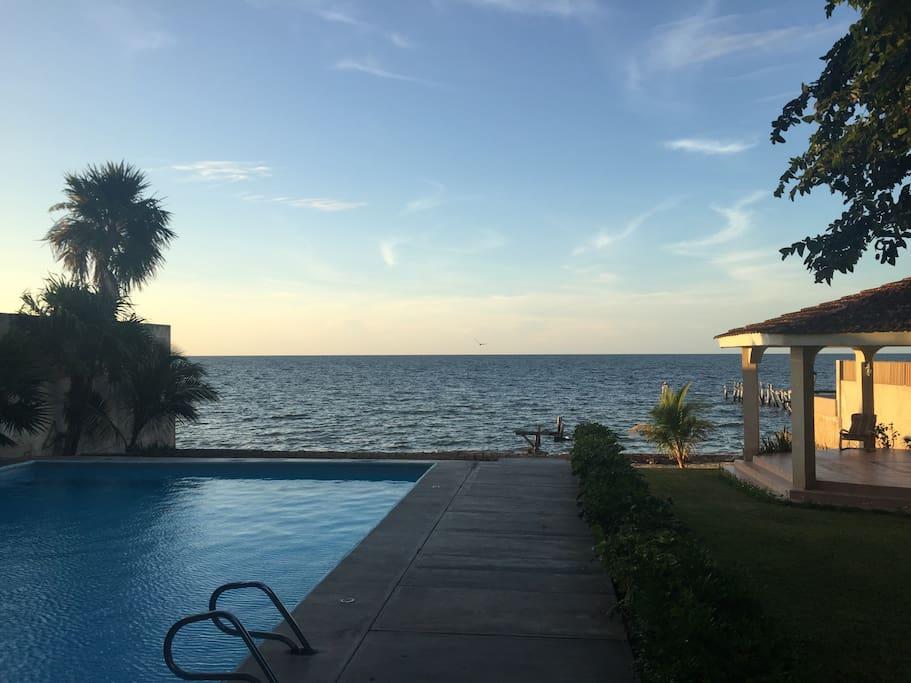 Vista desde el departamento hacia la piscina y el mar