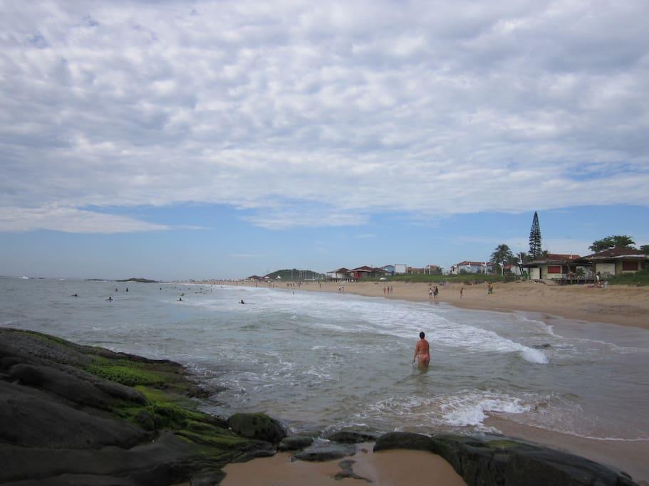 Praia mar aberto com aguas claras