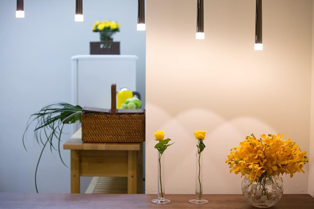 Designer dining table and lightning. 用餐區燈光設計