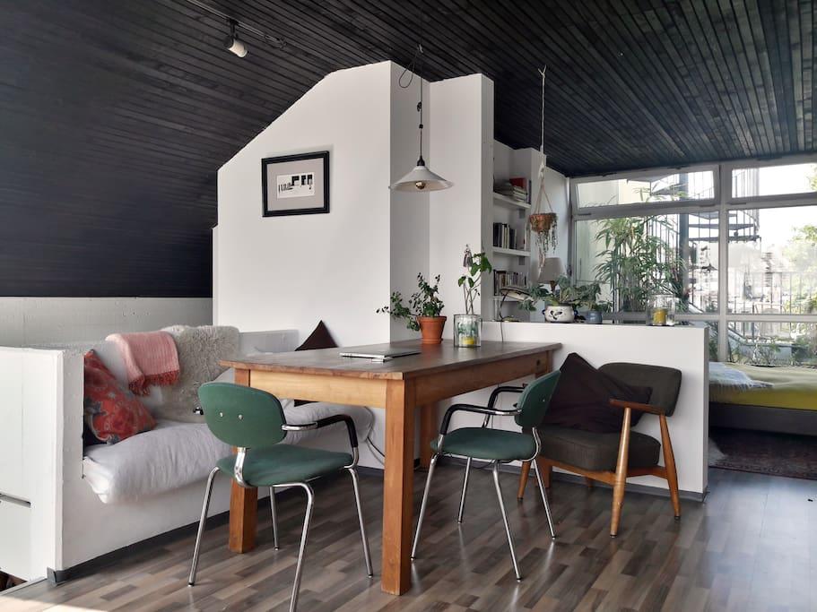 Großer Esstisch mit eingebauter Bank