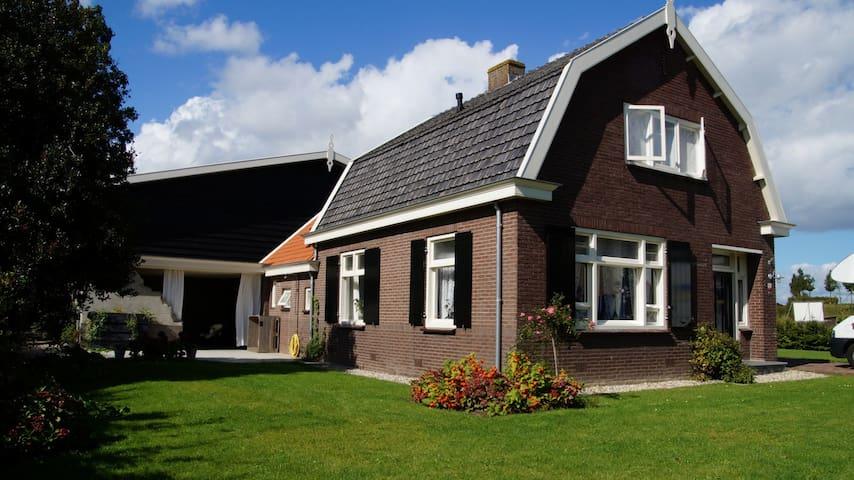 Romantische woonboerderij met stallen en weiland