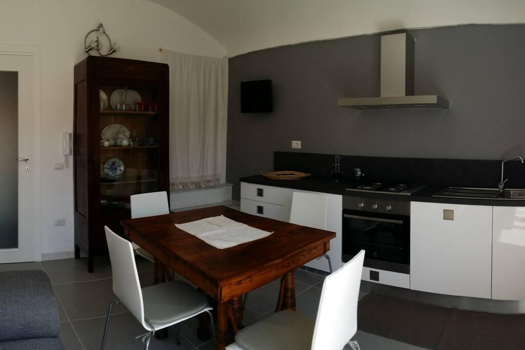 Sala e cucina secondo piano, con lavastoviglie e ripostiglio con lavatrice