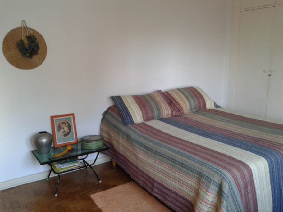 vista da cama queen + mesa lateral