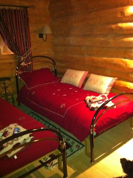 twin red room chambre lits jumeaux