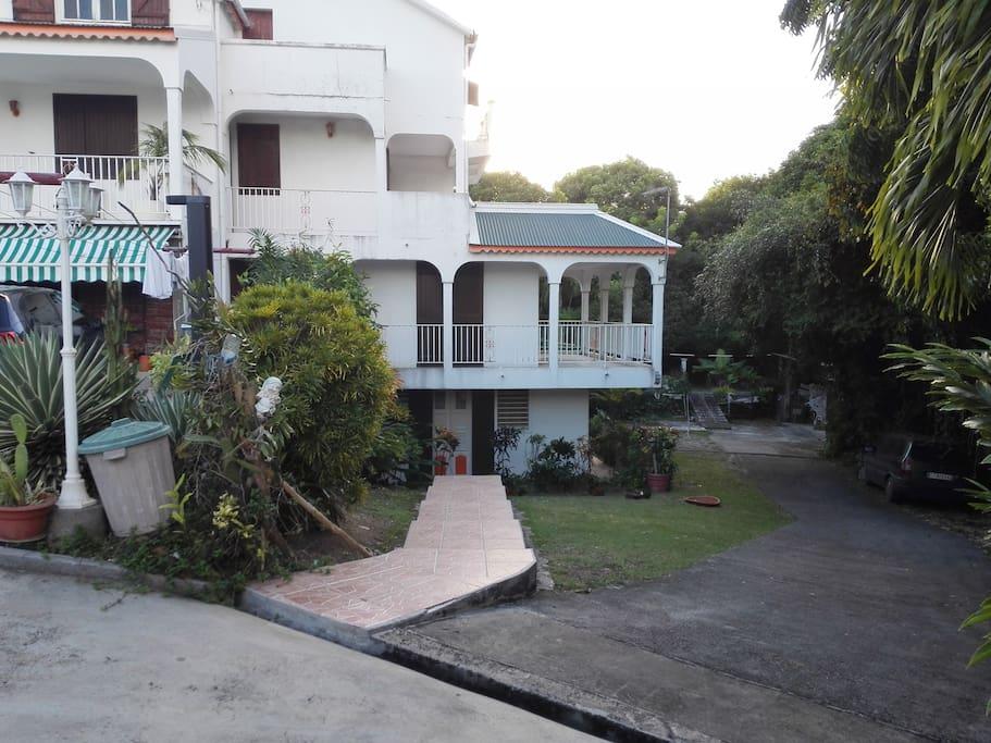 Logement spacieux avec une grande cour où vous pourrez deguster des noix de coco toute l'année