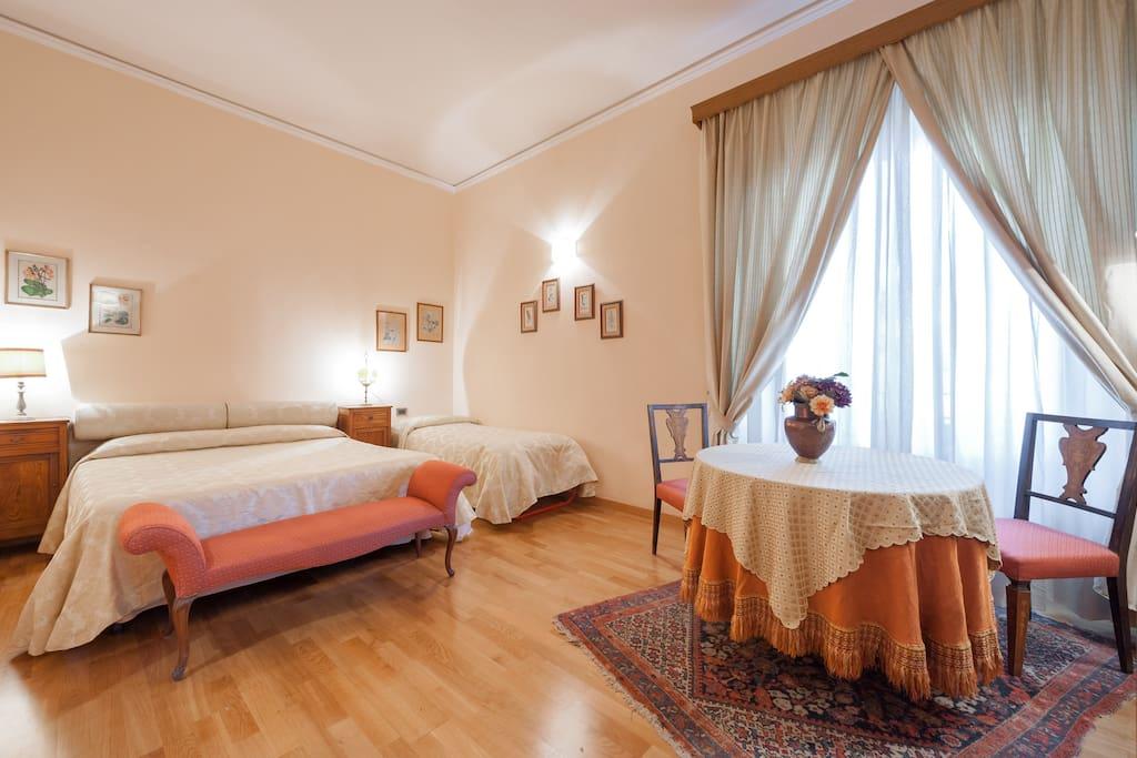 La  prima grande camera da letto con bagno interno