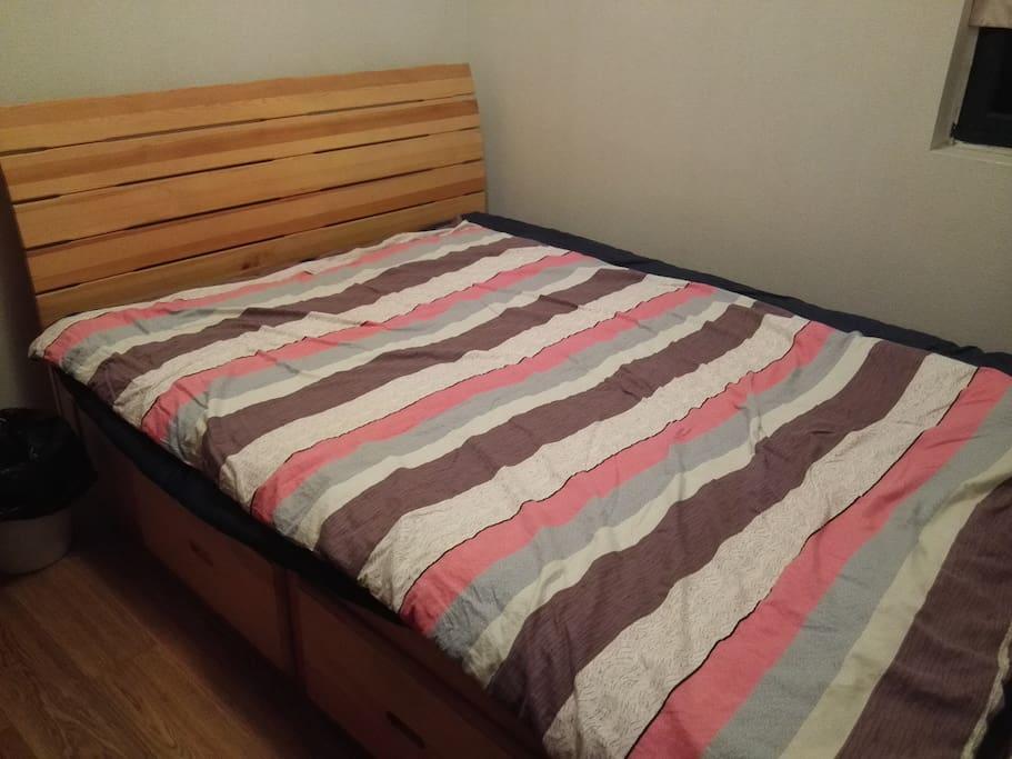 这是个入住的房间,房间不大,到时候会给您换上干净漂亮的四件套哦