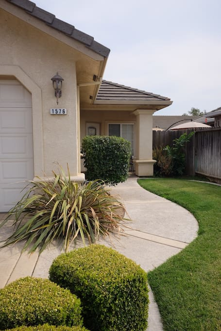 Front of home with manicured lawn
