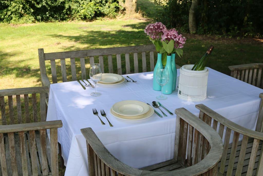 dineren in de boomgaard