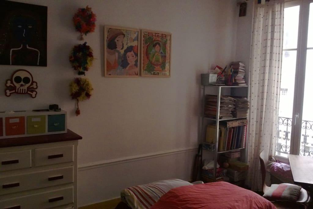 Chambre, un lit normal, placard, commode, bibliothèque et des bacs de jouets sous le lit !