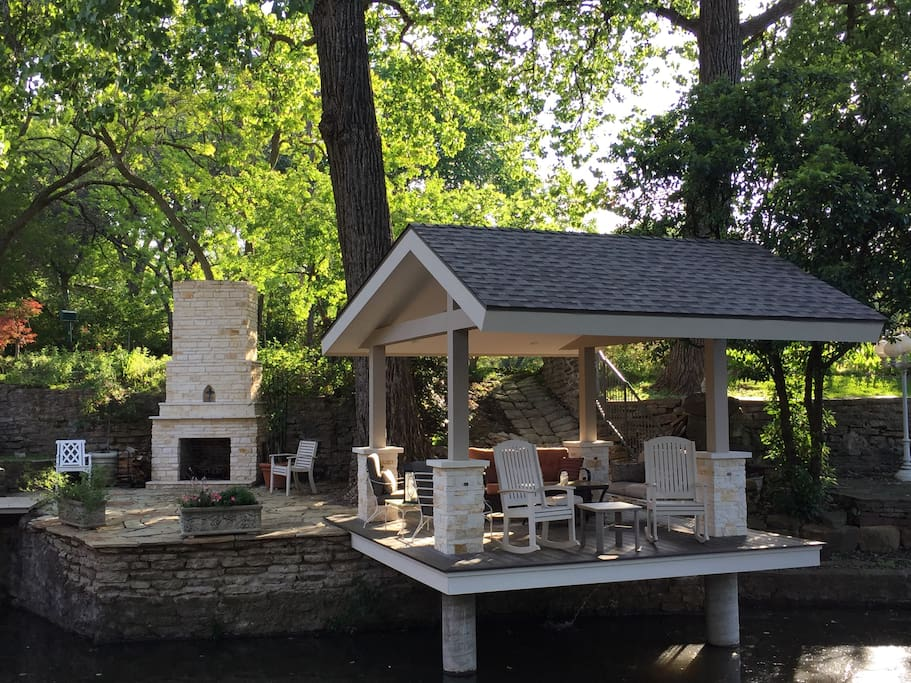Private cantilevered deck space with oversized rockers, fireplace, and food to feed the fish!  Definitely a conversation spot or a place to unwind after sightseeing.