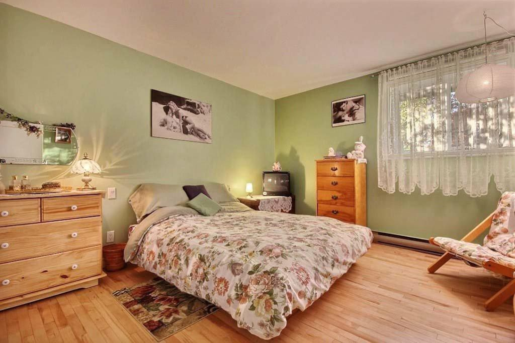 Grande chambre / Large room Queen bed