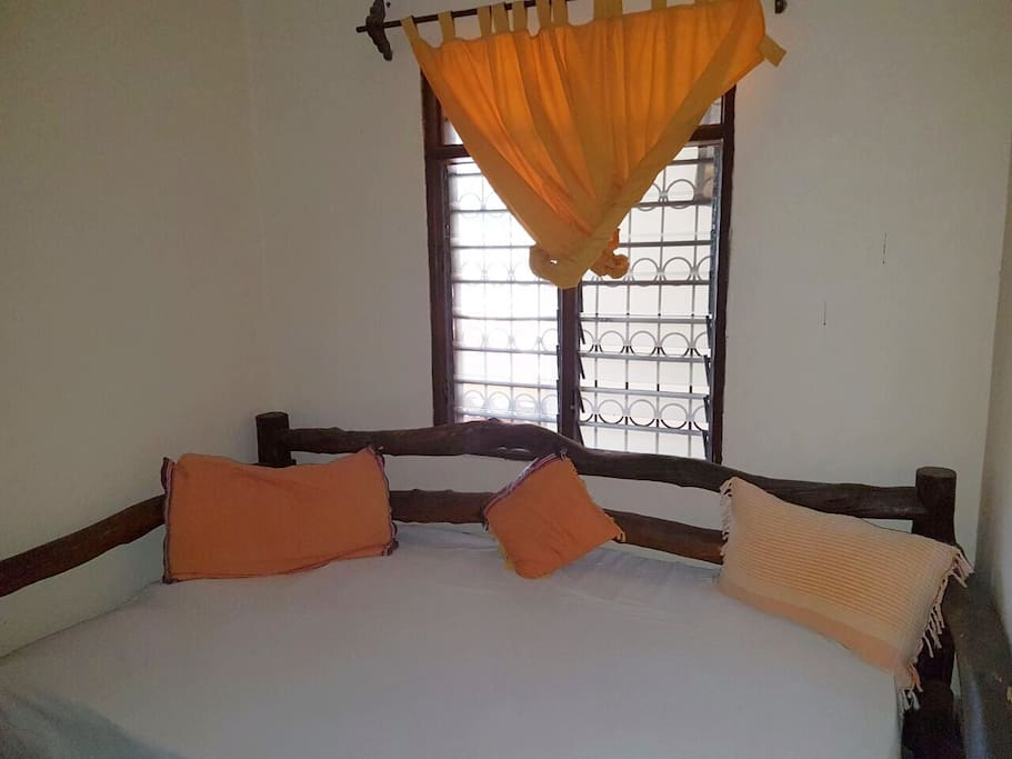 Single bed, 2nd bedroom