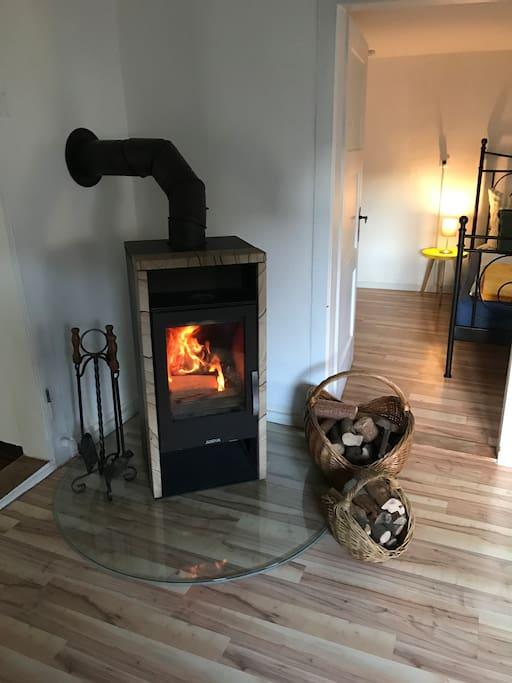 Der Kaminofen sorgt für wohlige Wärme