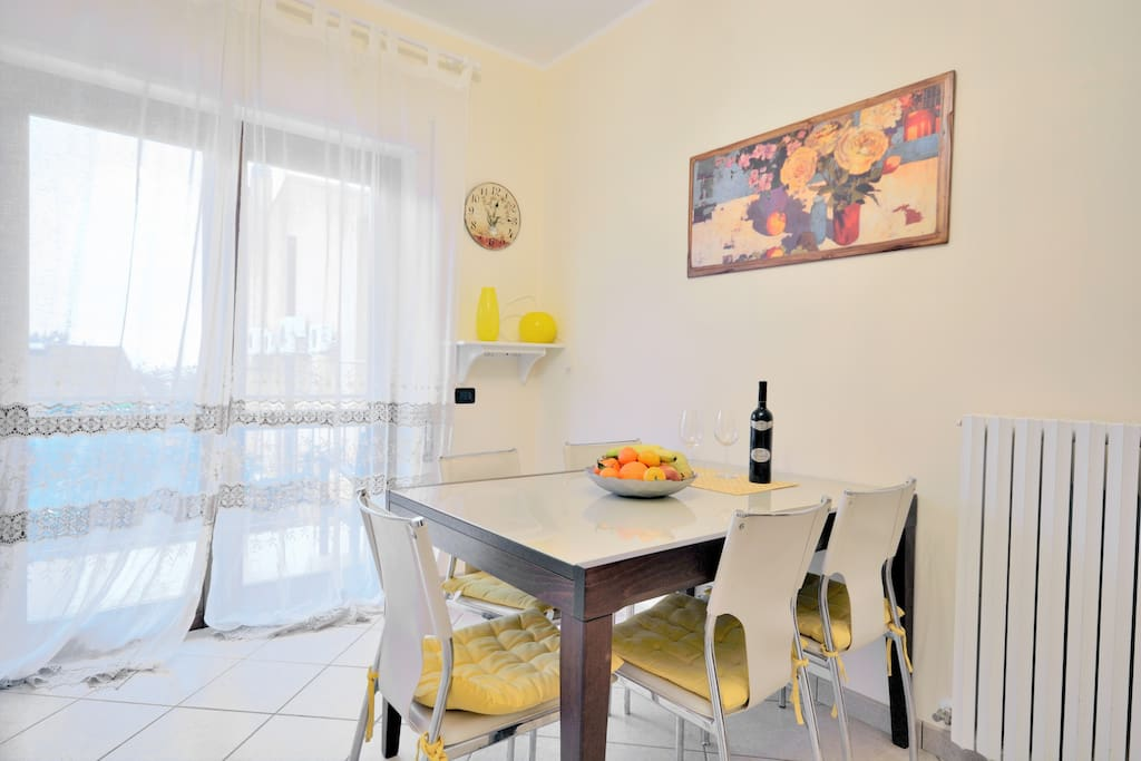 Spacious kitchen and dining-room with entrance to the terrace: very convenient if you like breakfast or dinner in the fresh air.