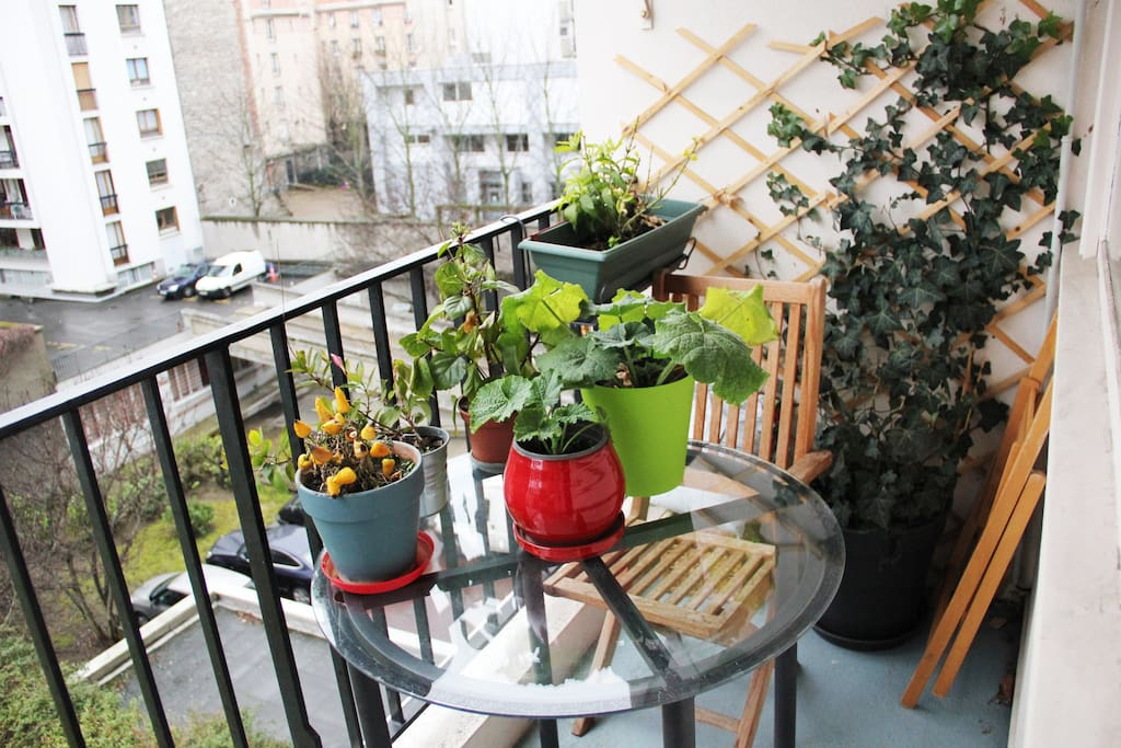 Le petit balcon donne sur une grande étendue d'herbe (non visible ici), on peut y manger à deux sans problème ou prendre un bain de soleil...