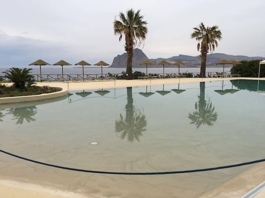 una vista della piscina privata disponibile nel resort