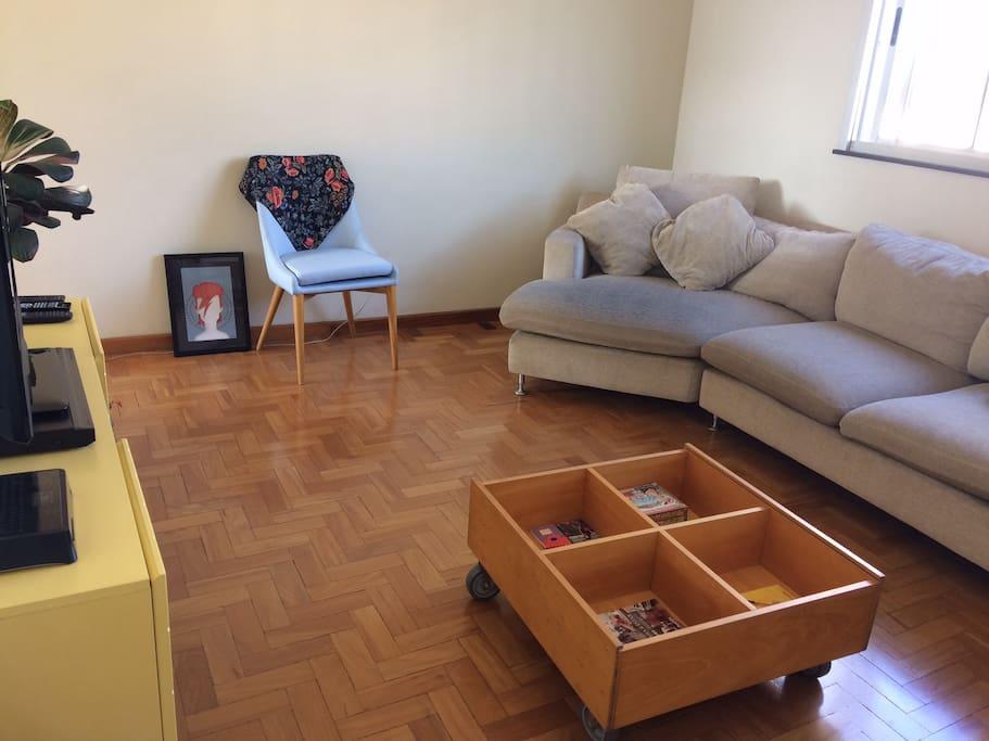 Sala de estar- bem arejada e clara.