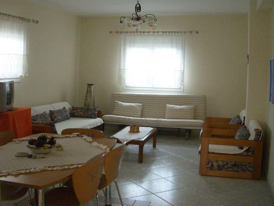 Salon avec divan-lit pouvant accueillir 2 personnes supplémentaires