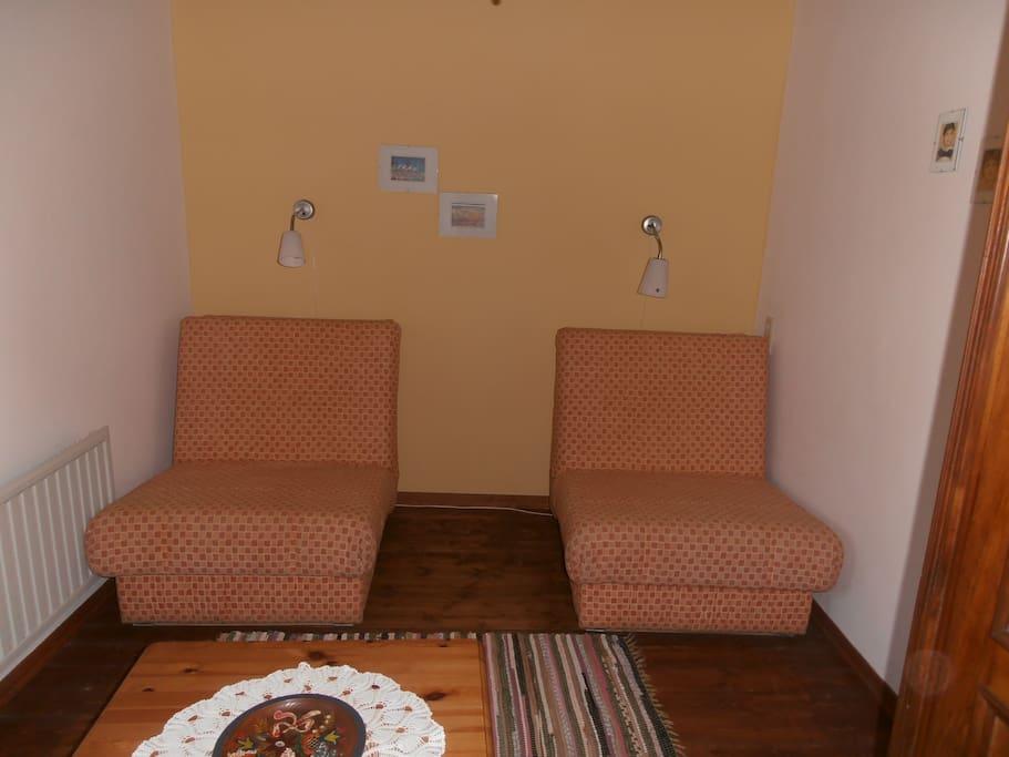 Das Wohnzimmer mit den ausziehbaren Schlafsesseln
