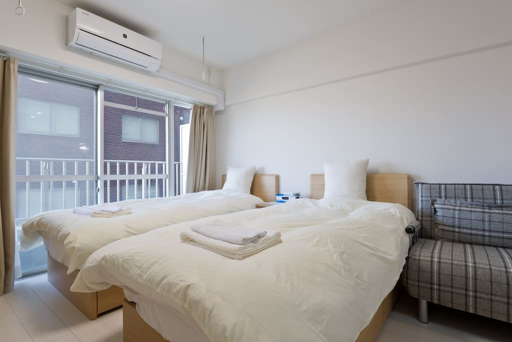 两张100cm×200cm单人床和一个100cm×200cm折叠沙发床。最多可供3位入住。