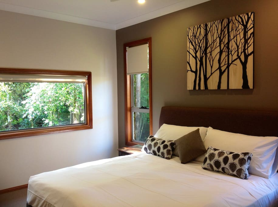 King size bed  beautiful view to our bush setting  and wild bird life from your window all King rooms have TVs in this cabin
