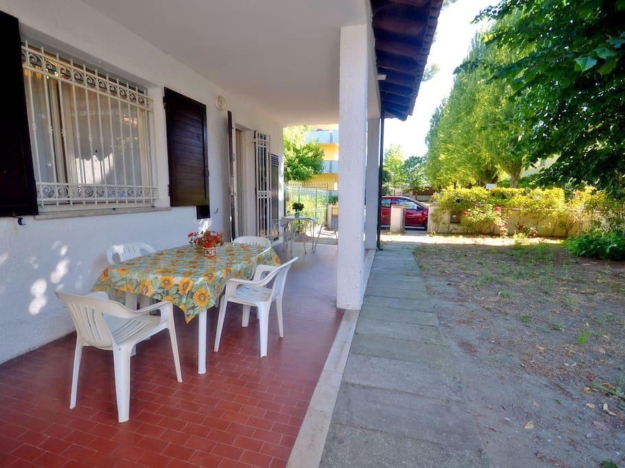 Villetta con ampio giardino e porticato coperto arredato