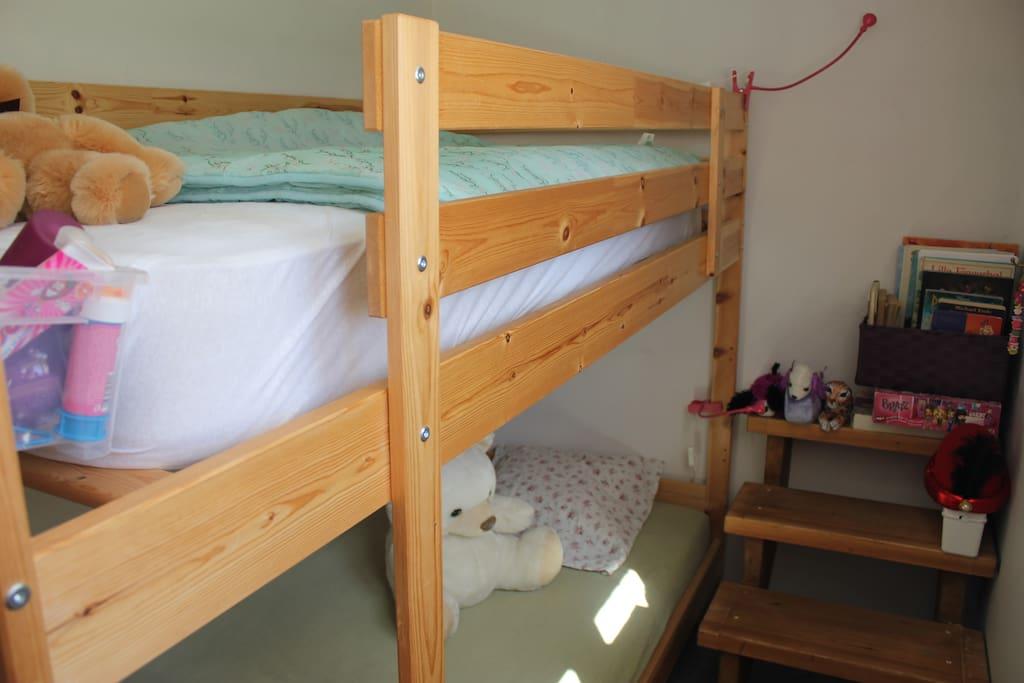 Dette er køjerummet med to senge, som kan lejes gratis sammen med et dobbeltværelse.