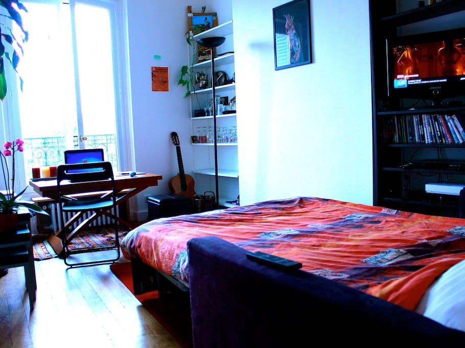 Chambre équipée (bureau, chaises, TV, ordinateur, WIFI) vue sur le bois de Vincennes