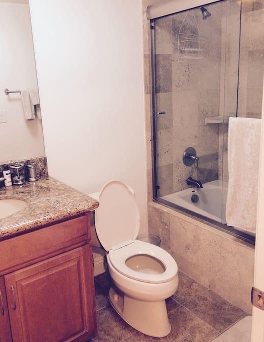 Bathroom w Jacuzzi tub